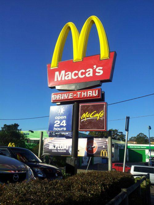 logo Mac Donald's en Australia con el nombre maccas