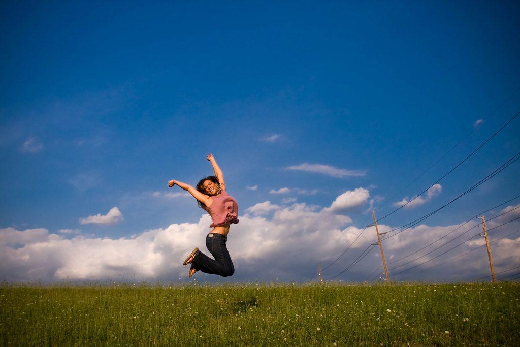 imagen de una mujer saltando de alegría