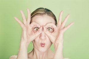 mujer con manos en la cara al recordar nombres de marcas