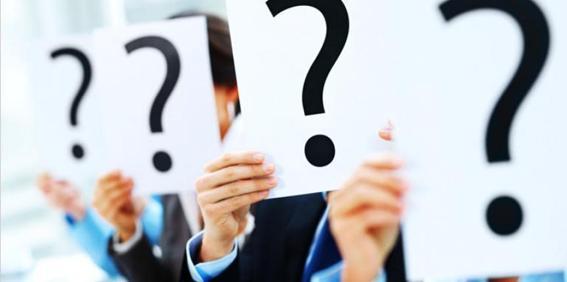 Carteles con interrogantes que expresan dudas.