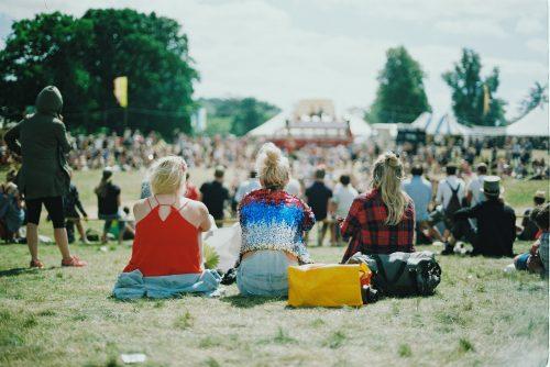 Publicitar nombres de marcas de ropa en los festivales
