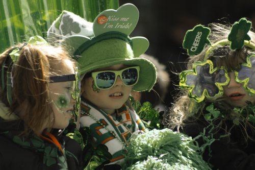 niña en St.Patrick, un naming verde en Irlanda