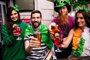 amigos celebrando el naming de sant patricks en Irlanda