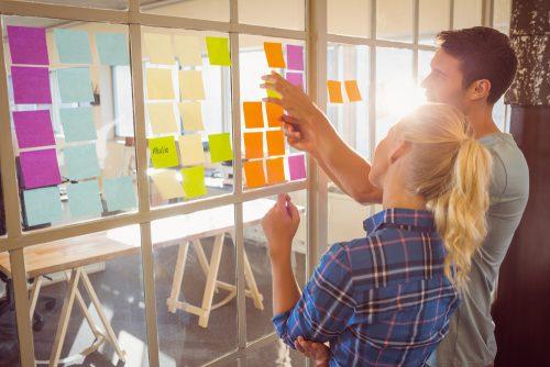 jovenes en una oficina explicando que es naming en marketing