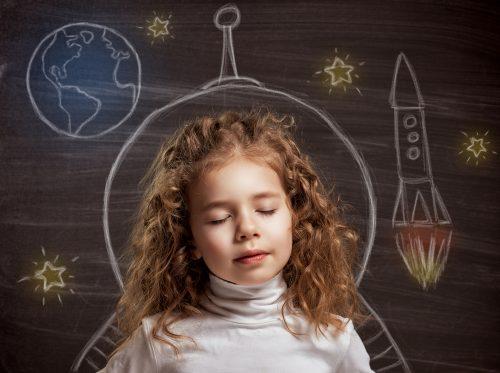 niña en las nubes imaginando que es el naming creativo y como crearlo
