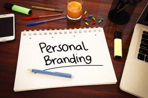 """Una hoja en la que está escrito el concepto """"personal branding""""."""